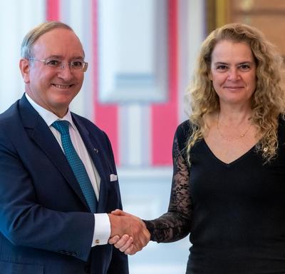 La gouverneure générale serre la main de l'ambassadeur désigné de la République fédérative du Brésil.