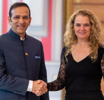 La gouverneure générale serre la main du haut-commissaire désigné de la République de l'Inde.