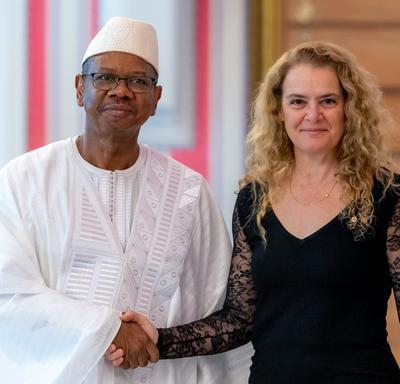 La gouverneure générale serre la main de l'ambassadeur désigné de la République de Guinée.