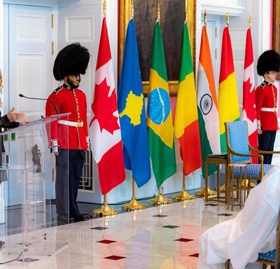 La gouverneure générale prononce une allocution à partir d'un podium lors d'une cérémonie de lettres de créance à Rideau Hall.