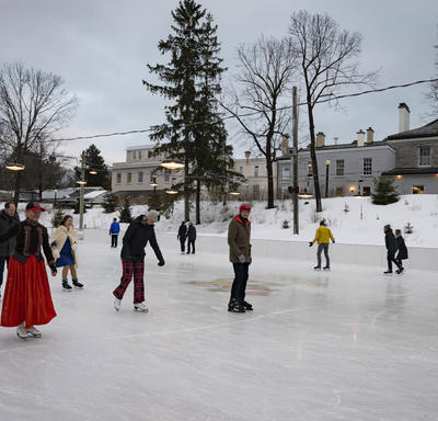 Des membres du corps diplomatique patinent à la patinoire de Rideau Hall.