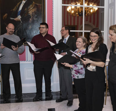 La gouverneure générale chante avec la chorale à l'intérieur de la Salle de la Tente à Rideau Hall pendant la réception hivernale pour le corps diplomatique.