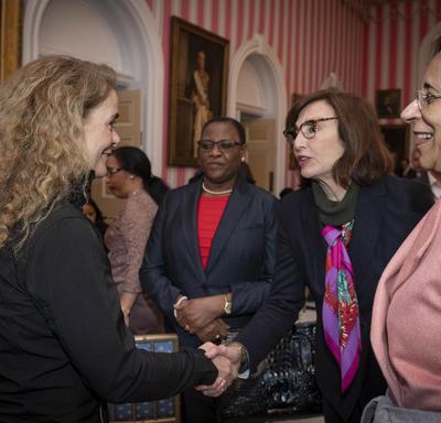 La gouverneure générale rencontre des membres du corps diplomatique à l'intérieur de la Salle de la Tente à Rideau Hall.