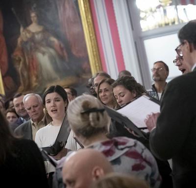 Une chorale chante dans la Salle de la Tente à Rideau Hall pendant la réception hivernale pour le corps diplomatique.
