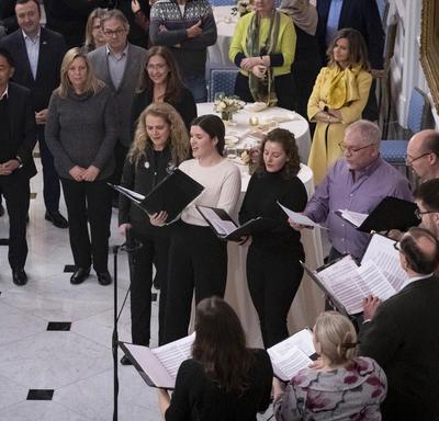 La gouverneure générale chante avec la chorale dans la Salle de la Tente à Rideau Hall lors de la réception hivernale pour le corps diplomatique.