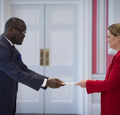 La gouverneure générale reçoit les lettres de créance de l'ambassadeur désigné de la République du Libéria.