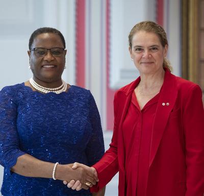 La gouverneure générale serre la main de la haute-commissaire désignée de la République de Namibie.