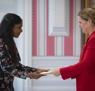 La gouverneure générale reçoit les lettres de créance de la haute-commissaire désignée de la République des Maldives.