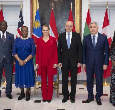 La gouverneure générale prend une photo avec les nouveaux chefs de mission au Canada.