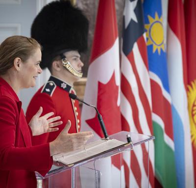 La gouverneure générale prononce une allocution à un podium.