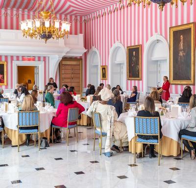 Une photo des invités assis à une table.