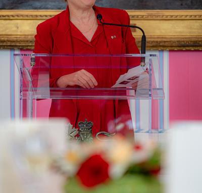 La gouverneure générale a pris la parole à partir d'un podium.