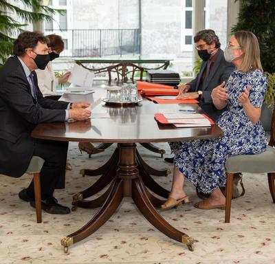 L'administrateur est assis à une table avec trois autres personnes.