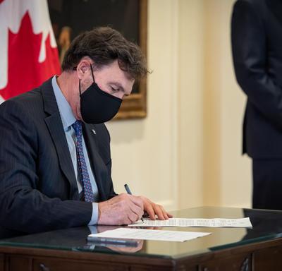 L'administrateur signe un document.