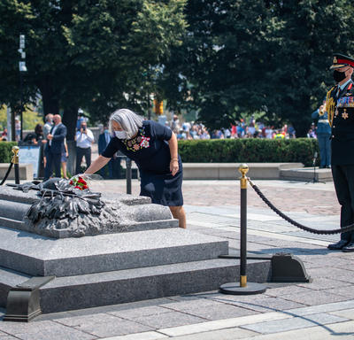 Governor General Mary May Simon placing a bouquet of flowers on the Tomb of the Unknown Soldier.