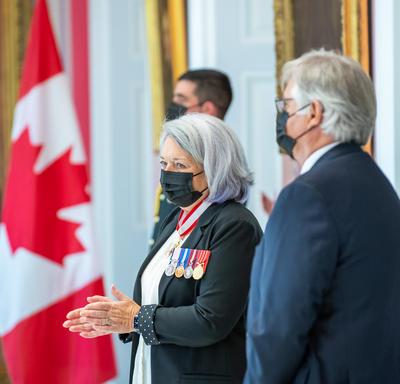 La gouverneure générale Mary May Simon et Son Excellence Whit Fraser debout côte à côte lors d'une partie de la cérémonie.