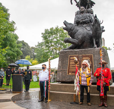 Rassemblement de personnes au Monument national aux anciens combattants autochtones.