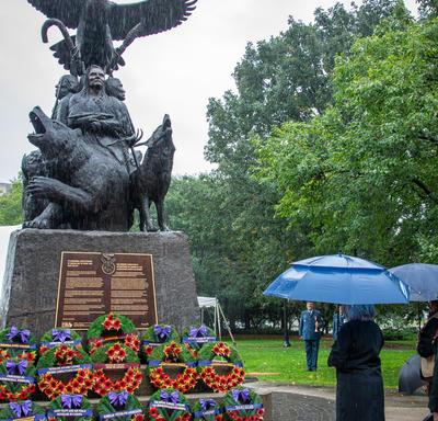 Le Monument national aux anciens combattants autochtones. Le ciel est gris et il pleut.