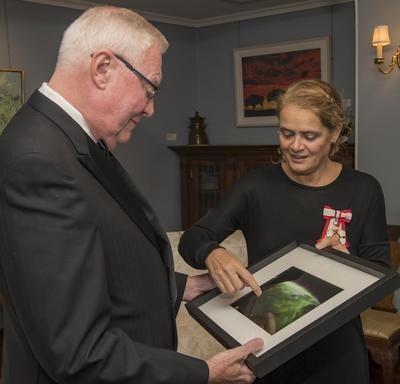 In the evening, the Governor General met with His Honour the Honourable W. Thomas Molloy, Lieutenant Governor of Saskatchewan, at Government House, where she presented him with a photo of the province of Saskatchewan taken from space.