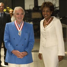 Le célèbre chanteur français Charles Aznavour reçoit l'insigne de l'Ordre du Canada à la Résidence du gouverneur général à la Citadelle de Québec