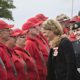 Durant l'inspection de la garde, la gouverneure générale s'est arrêtée pour remercier les membres pour leur service.