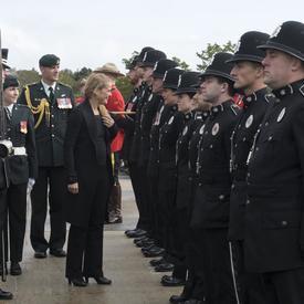 Son Excellence a passé en revu la garde d'honneur qui était compposée de membres de la 5e Division du Canada, la réserve navale, la réserve aérienne Torbay, la Gendarmerie royale du Canada, le Royal Newfoundland Constabulary et la 5e Groupe de patrouilles