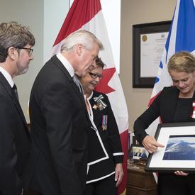 Par la suite, la gouverneure générale a remis à Son Honneur l'honorable Judy Foote, lieutenante-gouverneure , et l'honorable Dwight Ball, premier ministre de Terre-Neuve-et-Labrador, une photo de la province prise de l'espace.