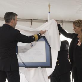 Son Excellence a visité la Garde côtière canadienne où elle a été investie du titre de commissaire en chef honoraire.