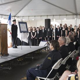Son Excellence a prononcé une allocution pour remercier la Garde côtière canadienne pour cet honneur.