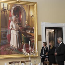 Par la suite, Son Excellence s'est rendue à la résidence du lieutenant-gouverneur (Government House) pour voir le Portrait du jubilé de diamant de Sa Majesté la reine Elizabeth II qui est présentement en montre. Le portrait était dans la Salle de bal de R