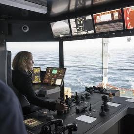 En après-midi, la gouverneure générale a visité Fisheries and Marine Institute de l'Université Memorial où elle a essayé le simulateur des opérations extracôtières Hibernia.