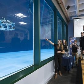 Ensuite, elle a visité la citerne antiroulis du Centre de recherche sur les ressources aquatiques durables où des jeunes de l'équipe de robotique Eastern Edge Robotics ont mis à l'essai leurs véhicules téléguidés.