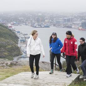 Plus tard, la gouverneure générale a invité des membres du public à se joindre à elle pour une randonnée au lieu historique national de Signal Hill.