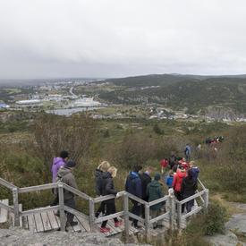 La randonnée a eu lieu à Signal Hill qui a été au cœur de la défense du port de St. John's, du XVIIe siècle jusqu'à la Seconde Guerre mondiale, et c'est là que Guglielmo Marconi a reçu le tout premier signal transatlantique sans fil, en 1901.