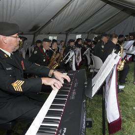 En soirée, Son Excellence a participé à un concert public donné par la Musique du Royal Newfoundland Regiment sur le site de la résidence du lieutenant-gouverneur.