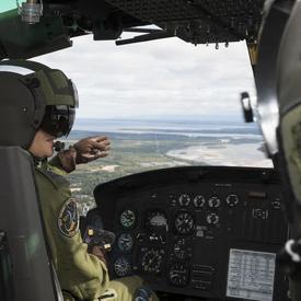 À la 5e Escadre Goose Bay, Son Excellence a participé à un vol de familiarisation à bord d'un hélicoptère Griffon CH-146.