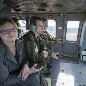 Son Honneur l'honorable Judy Foote, lieutenante-gouverneure de Terre-Neuve-et-Labrador et le commandant de la base, le lieutenant-colonel Stéphane Racle ont également participé au vol de familiarisation.