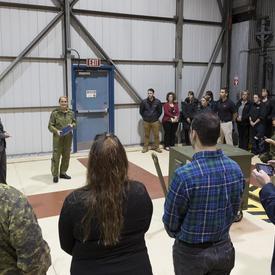 Son Excellence a ensuite rencontré des membres du personnel des Forces armées canadiennes.