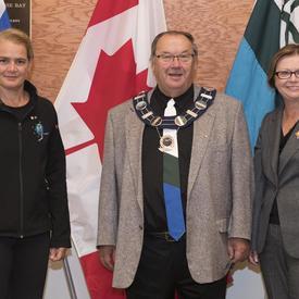 La gouverneure générale et la lieutenante-gouverneure ont rencontré Wally Andersen, le maire de Happy Valley-Goose Bay.