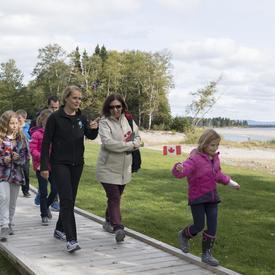 Plus tard en après-midi, la gouverneure générale s'est jointe au maire de Happy Valley-Goose Bay, à des jeunes et à des bénévoles pour prendre part à une randonnée le long du nouveau sentier de l'île Birch.