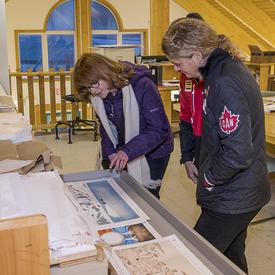 Her Excellency admiring the wonderful prints of Canadian Artic landscapes drawn by local artist.