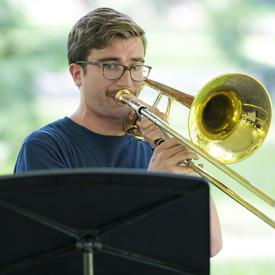Un trompettiste se produit au Chamberfest 2018 sur le terrain de Rideau Hall.