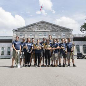 Photo de groupe des musiciens qui se sont produits au Chamberfest 2018, debout devant Rideau Hall.