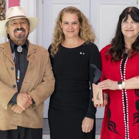 Chef Ronald Ignace (Stsmel'cqen) et Marianne Ignace (Gulḵiihlgad) ont posé pour une photo avec la gouverneure générale.