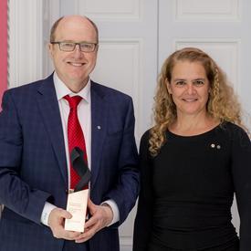 Dr Garnette Sutherland a posé pour une photo avec la gouverneure générale.
