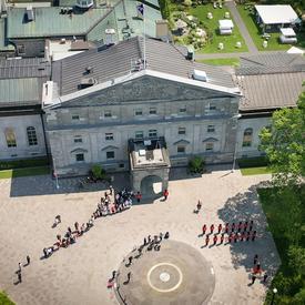 Prise de vue par drone de Leurs Excellences arrivant à leur nouveau domicile après la cérémonie d'installation.