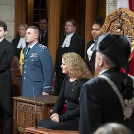 La gouverneure générale est assise dans la Chambre du Sénat.