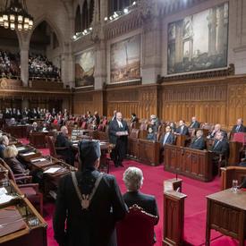 Les Sénateurs sont assis dans la Chambre du Sénat.