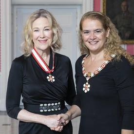 The Governor General, Julie Payette, stands next to Catherine O'Hara.  Both are wearing their Order of Canada insignias.