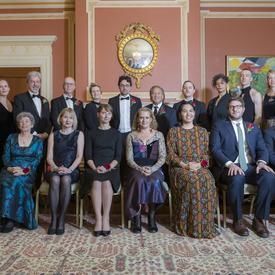 Photo de groupe des seize lauréates et lauréats des Prix littéraires du Gouverneur général de 2018 avec la Gouverneure générale Julie Payette et Simon Brault.  La rangée avant est assise, la rangée arrière est debout.